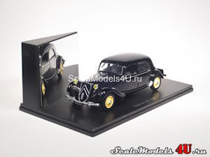 Scale model of Citroen Traction 11 B (1950) produced by Universal Hobbies.
